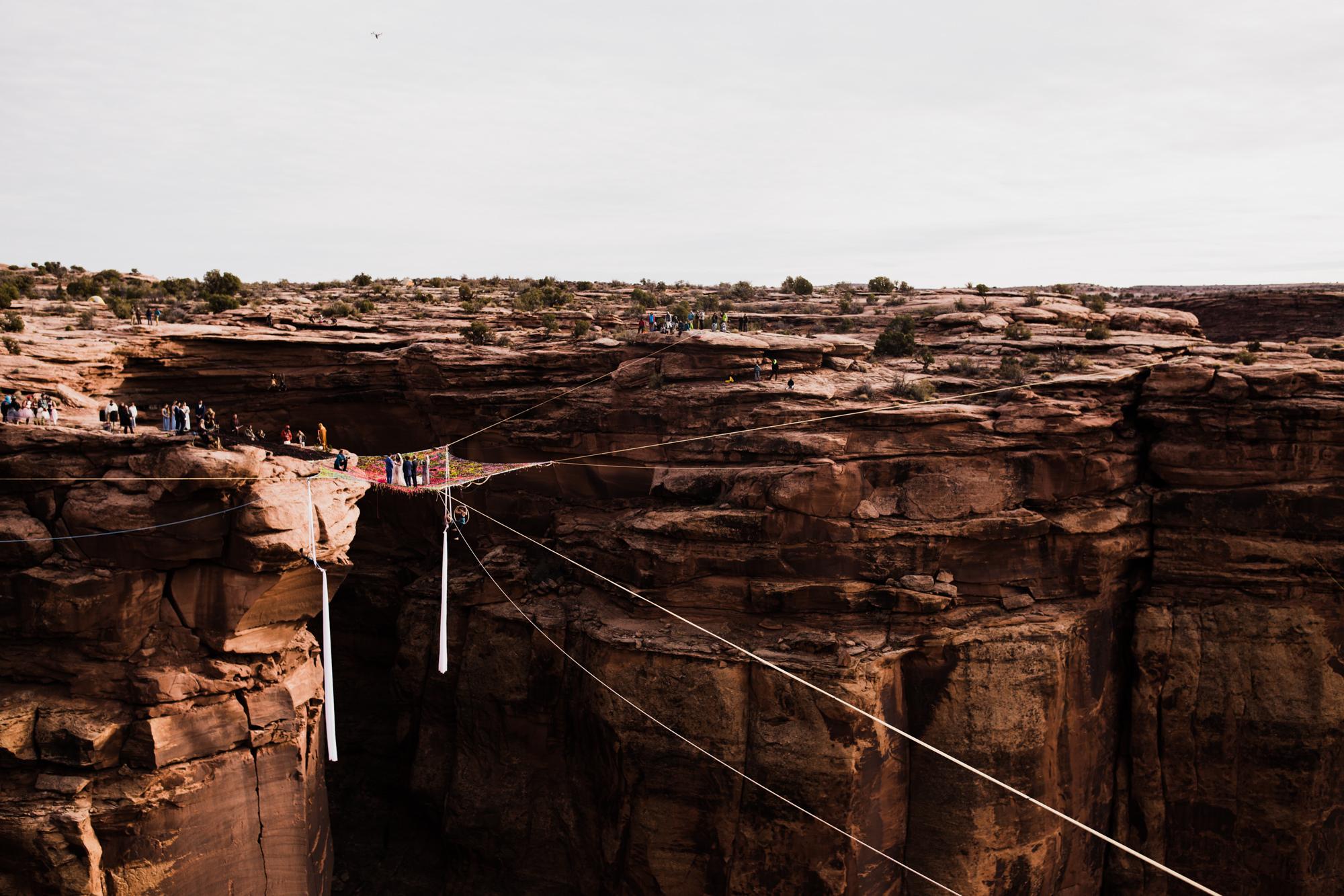Cerimõnia de casamento realizada a mais de 120 metros de altura em Utah, Estados Unidos