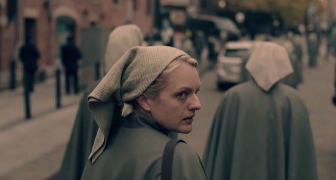 Elisabeth Moss em 'The Handmaid's Tale'