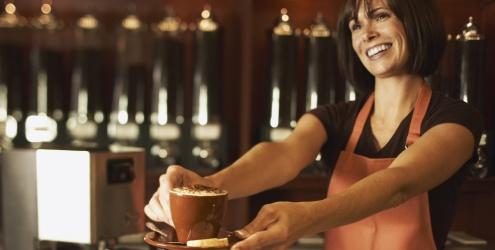 Conheça a carreira de barista: profissional especializado em drinques de café