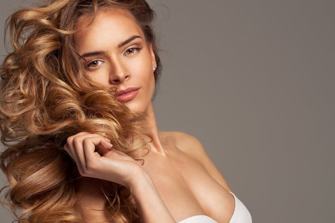 mulher-com-cabelo-ondulado-bonito-1