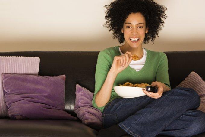 mulher-comendo-assistindo-tv-9741-1