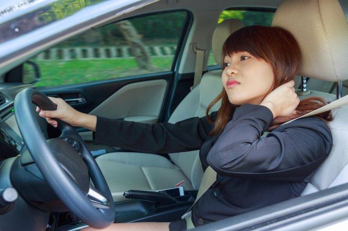 Erros que você comete ao dirigir e prejudicam sua saúde