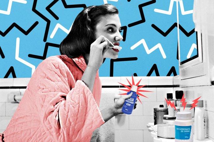 Mulher fazendo clareamento dental caseiro