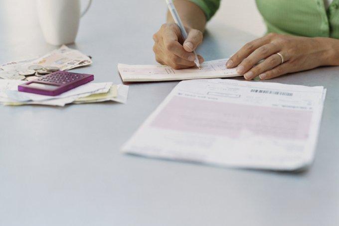 mulher-fazendo-contas-imposto-de-renda-12049-1
