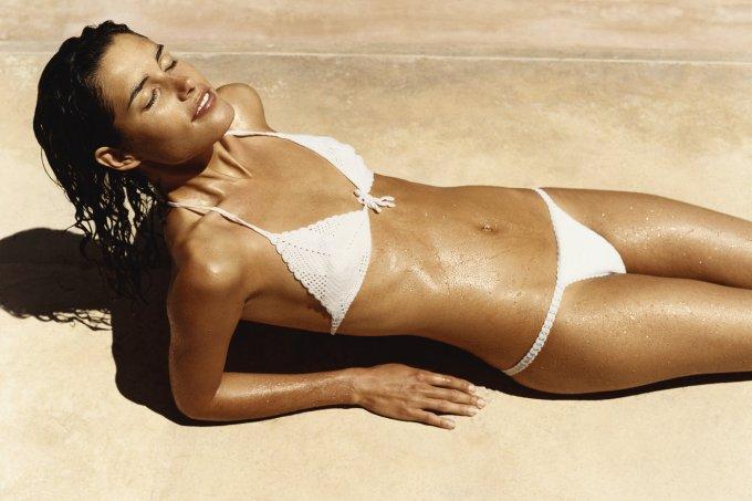 mulher-magra-biquini-branco-praia_0_0-1