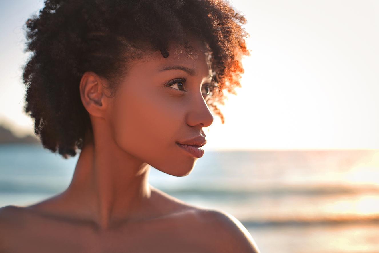 Mulher negra na praia