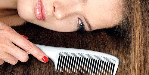mulher-penteia-cabelo-liso-pente-215351-1