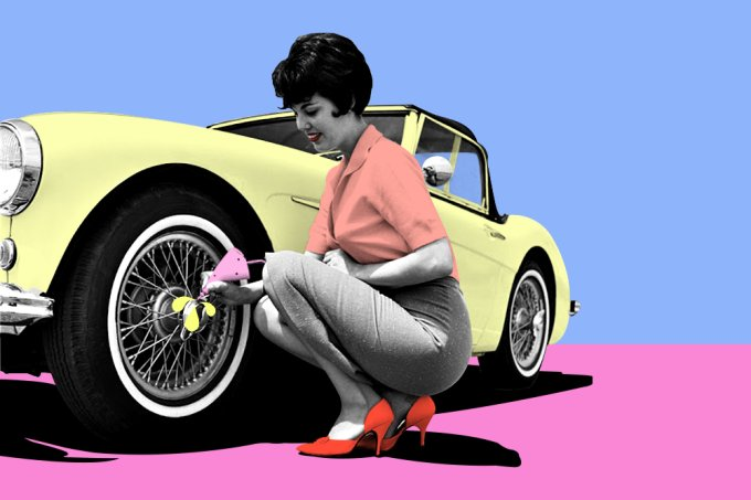 mulher-reparando-carro