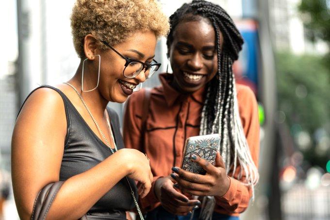 mulheres olhando para o celular