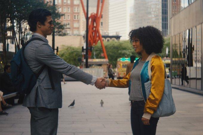 """Atriz Yara Shahidi e ator Charles Melton no filme """"O Sol também é uma Estrela"""""""