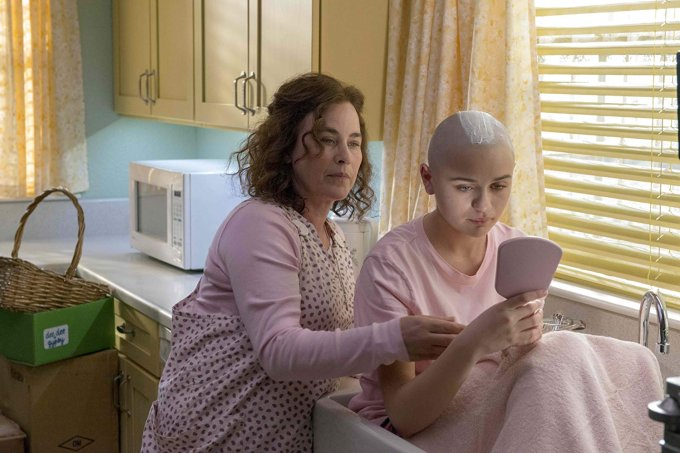 Cena da série The Act, com Patricia Arquette e Joey King