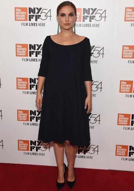 <strong>Natalie Portman</strong> //Adepta de um estilo clássico, a atriz apostou em um pretinho básico para divulgar <em>Jackie</em>, seu mais novo filme, durante o New York Film Festival. De modelagem ampla, a peça camuflou a barriguinha de Natalie. Maxibrincos deram o toque final.