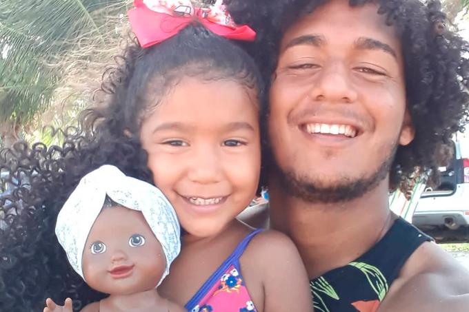 Pais criam boneca para filha