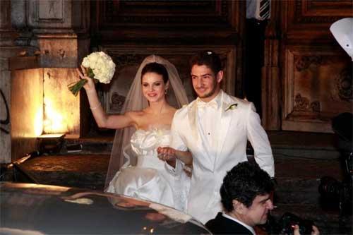 Stephanie Brito e Alexandre Pato se casaram quando tinham apenas 22 e 19 anos, respectivamente. Na época, o atacante do Milan e a atriz celebraram a união Copacabana Palace e produções assinadas pela grife Dolce & Gabbana. O casamento aconteceu em 2009 e durou apenas 9 meses.