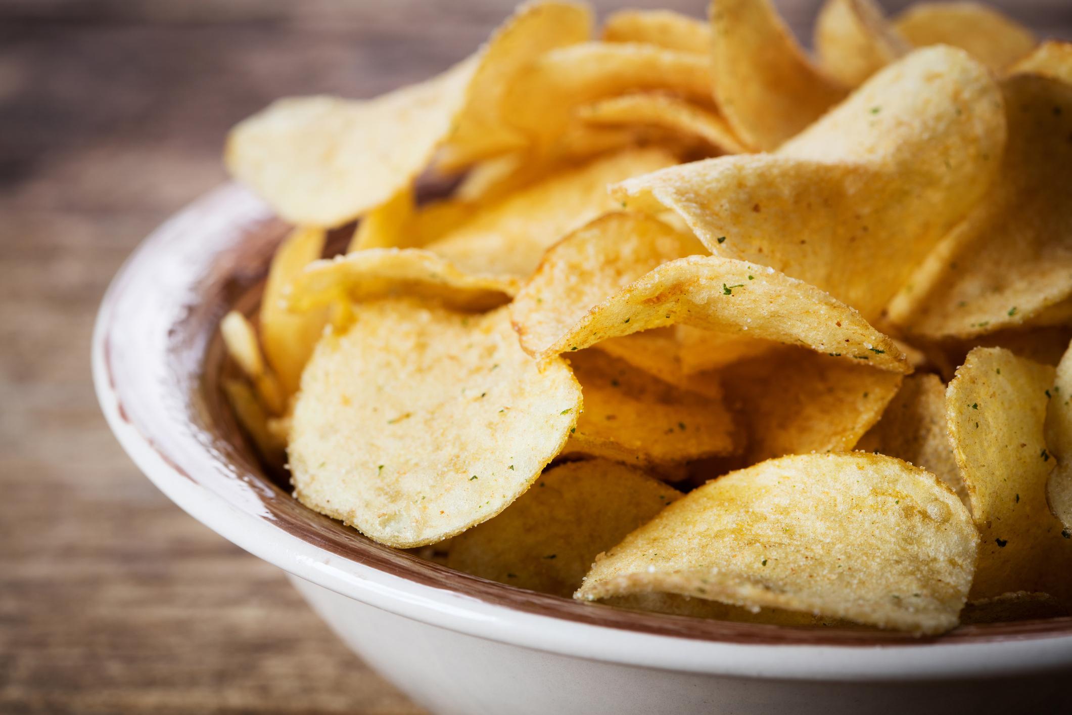 Petiscos para servir pela manhã na Copa - batata chips caseira