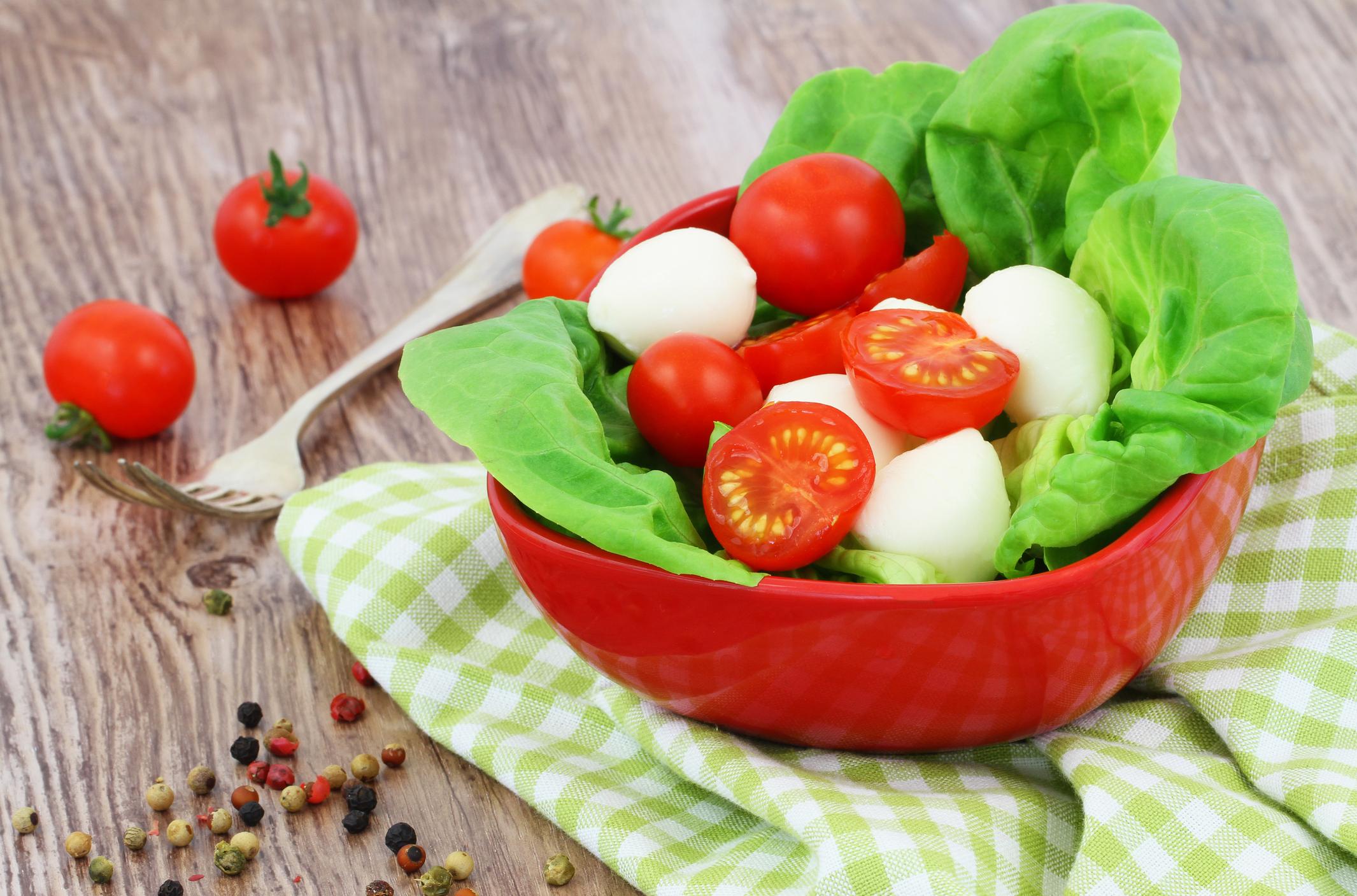 Petiscos para servir pela manhã na Copa - tomate cereja e mussarela de búfala