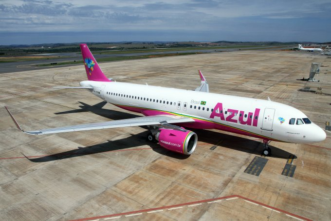 Aeronave rosa da empresa Azul Linhas Aéreas