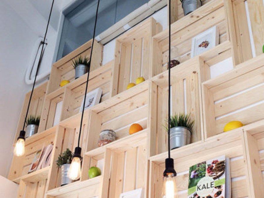 Prateleiras de caixas de madeira