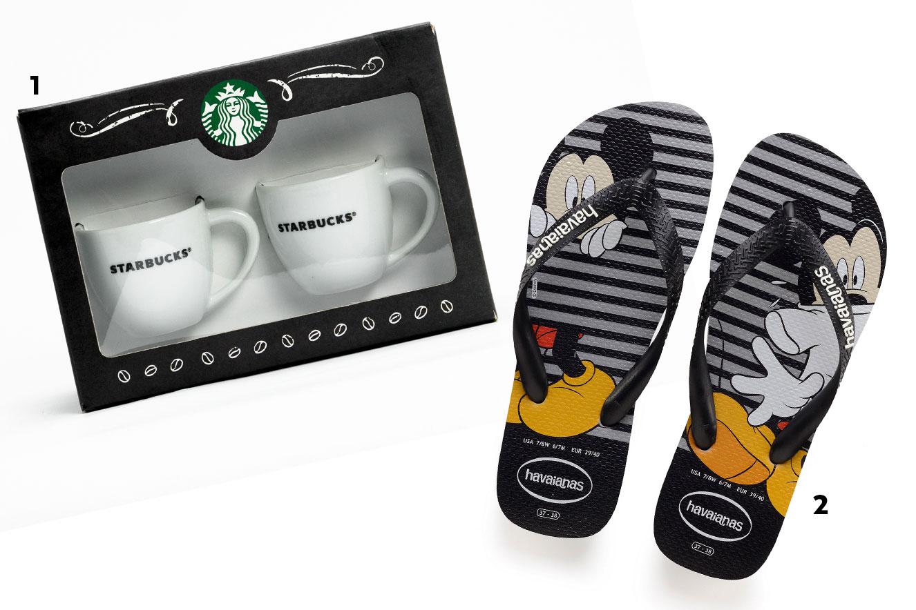Conjunto com duas canecas para café e chinelos com estampa do Mickey - Ideias de presentes criativos para o Natal