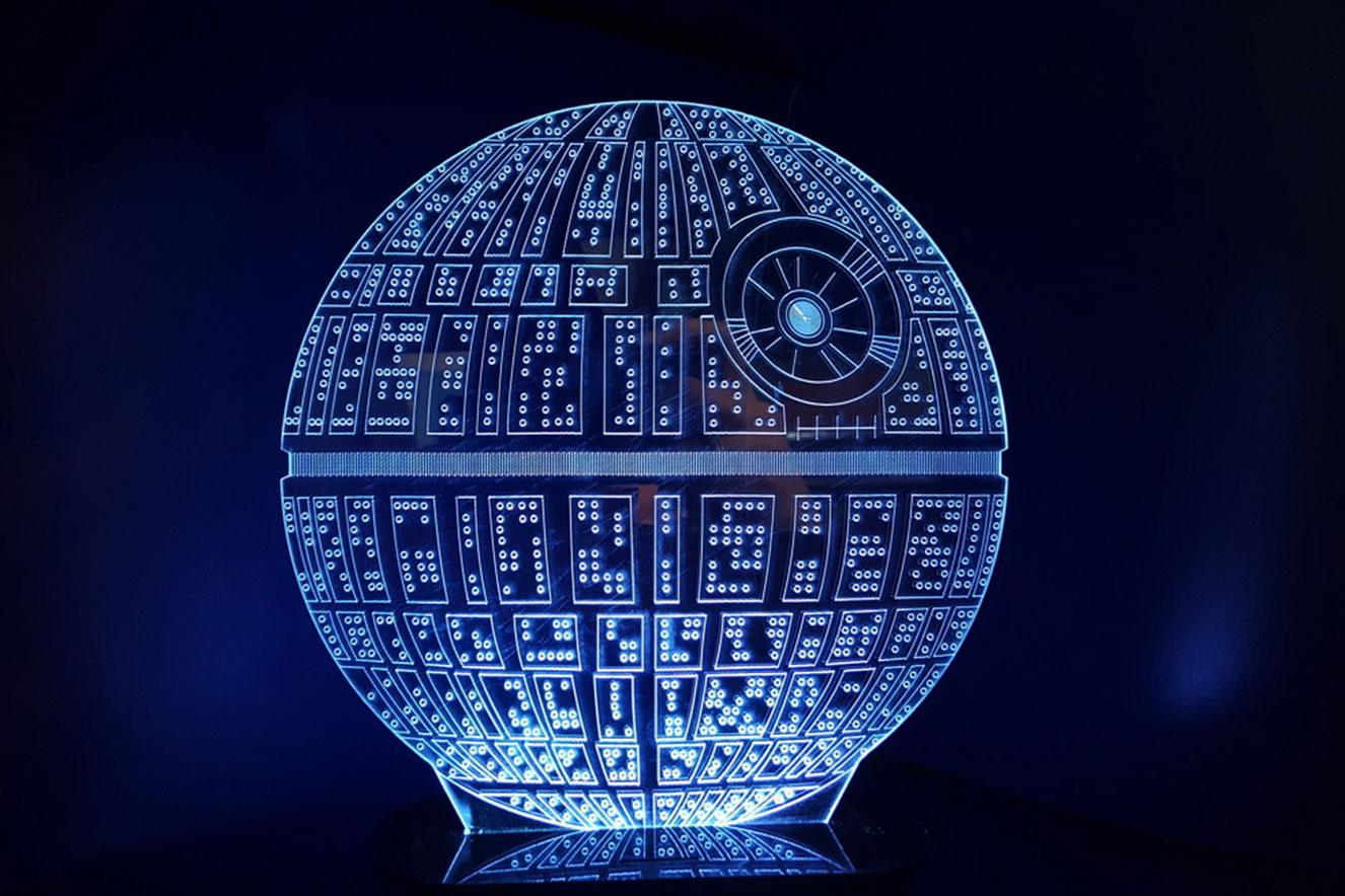 Luminária com temática Star Wars, iluminada em fundo preto - ideias de presentes de Natal criativos
