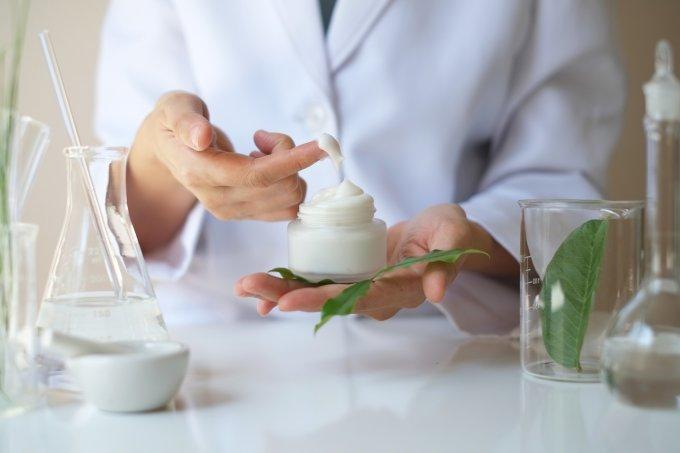 Os melhores princípios ativos de produtos para a pele em cada fase da vida