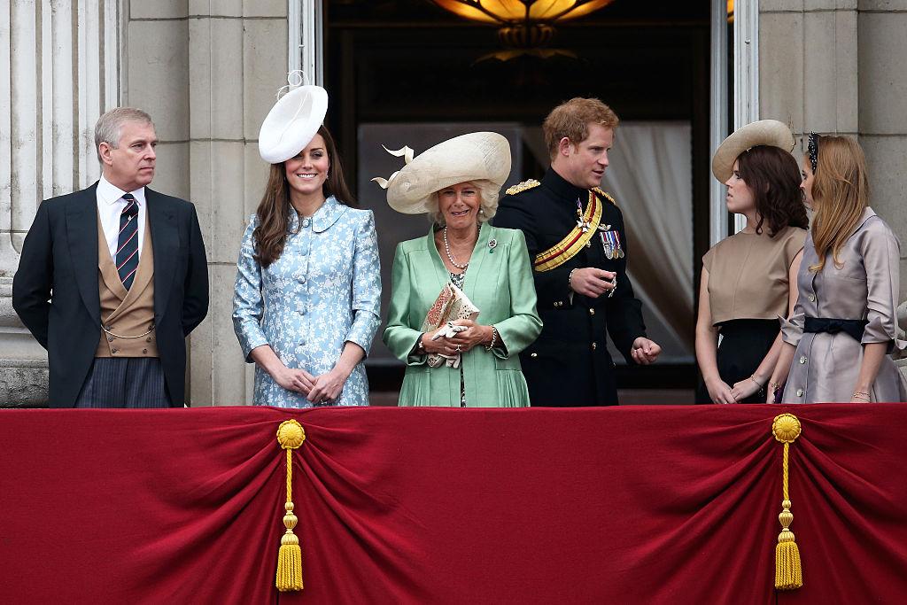 Príncipe Harry, princesa Eugenie e princesa Beatrice no Trooping The Colour de 2015