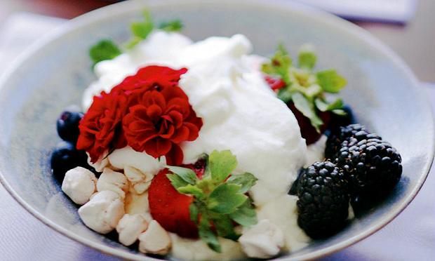receita-meringa-com-frutas-minirrosas-vermelhas
