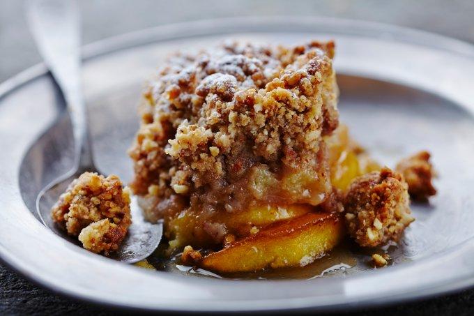 Receitas de sobremesas quentes – Crumble de maçã e ameixa