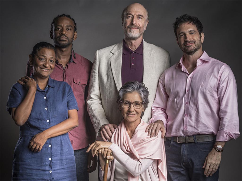Roberval e sua família na primeira fase da novela Segundo Sol