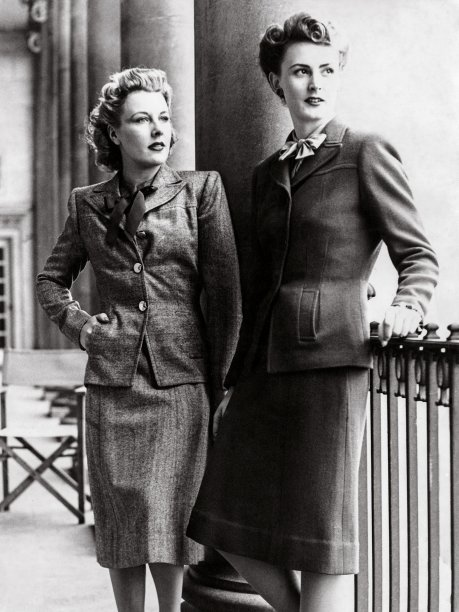 Modelos da década de 1940, com paletós de bolso chapado.