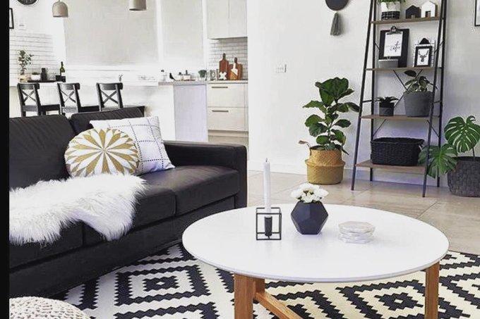 Sala preto e branco sofá/tapete/cadeiras