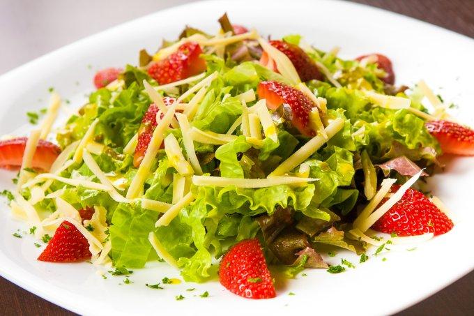 Salada antioxidante com queijo de búfala e vinagrete de frutas vermelhas