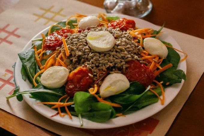Salada clássica com sementes de girassol