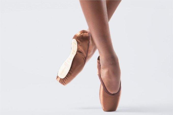 200 anos após o lançamento das cor-de-rosa, sapatilhas de balé para dançarinas negras são lançadas no mercado