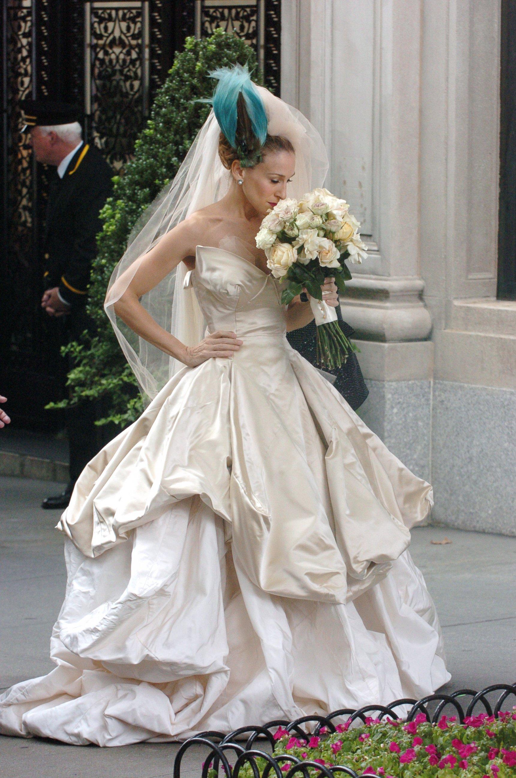 """Carrie Bradshaw (vivida por Sarah Jessica Parker), e seu vestido Vivienne Westwood, no filme """"Sex And The City (2008)"""