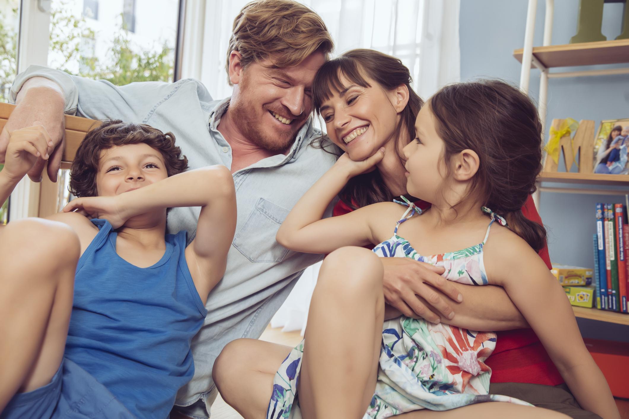 Selinho de mãe e pai nos filhos é prejudicial para as crianças?