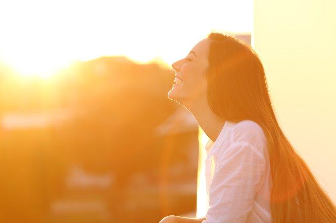Nem sempre vilão: sabia que algumas doenças melhoram com o sol?