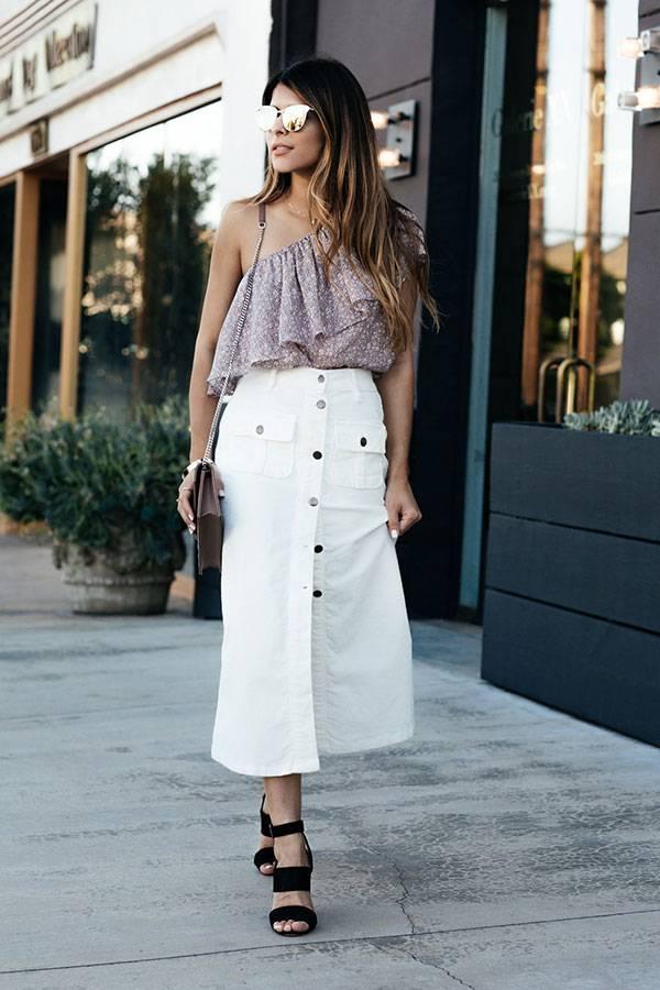 street-style-look-saia-midi-botoes-blusa-um-ombro-so-sandalia-tiras-largas-bolsa-nude-corrente-oculos-gatinho-espelhado-160901-111333