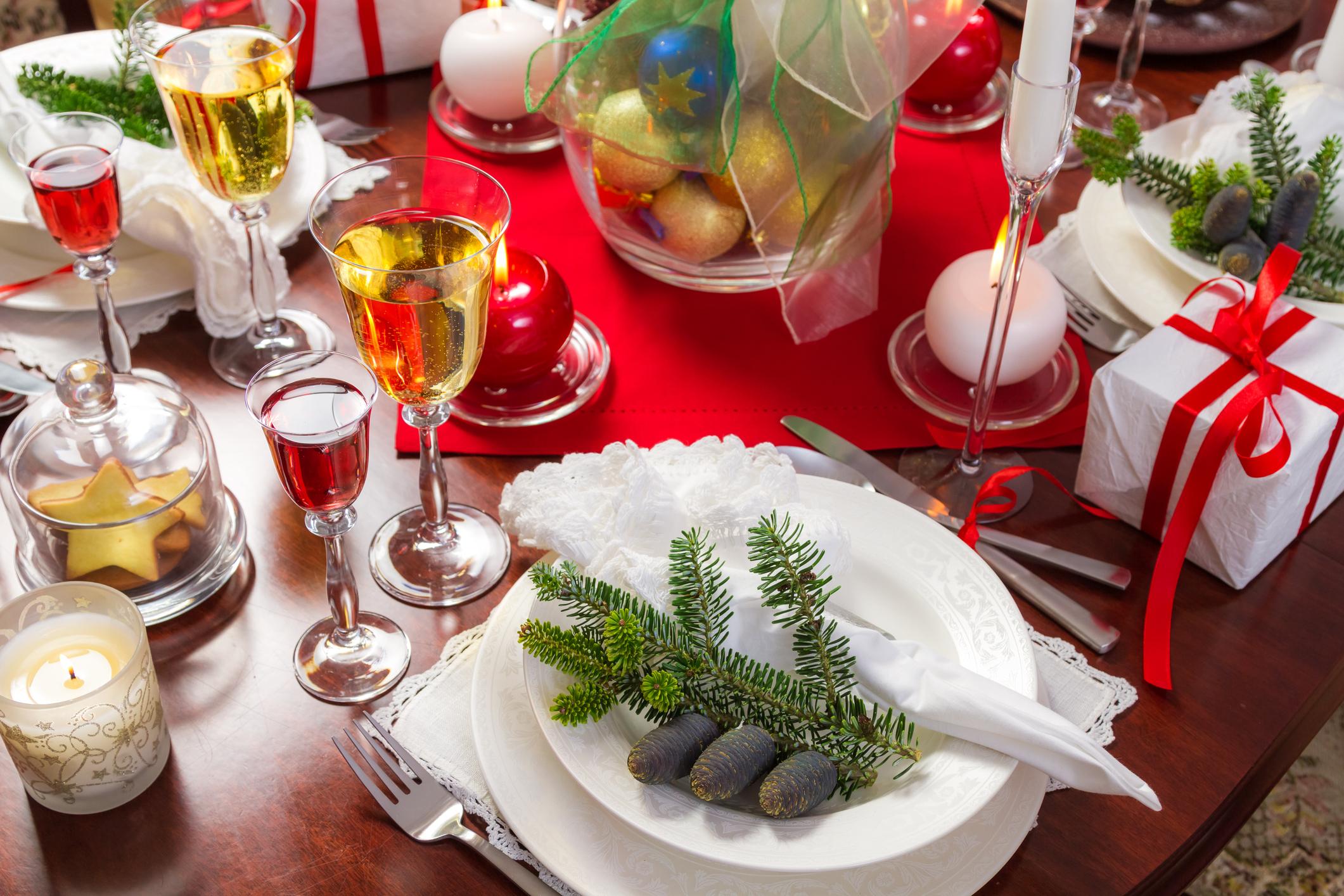 Decoração de mesa para o Natal com ramos de pinheiros nos pratos