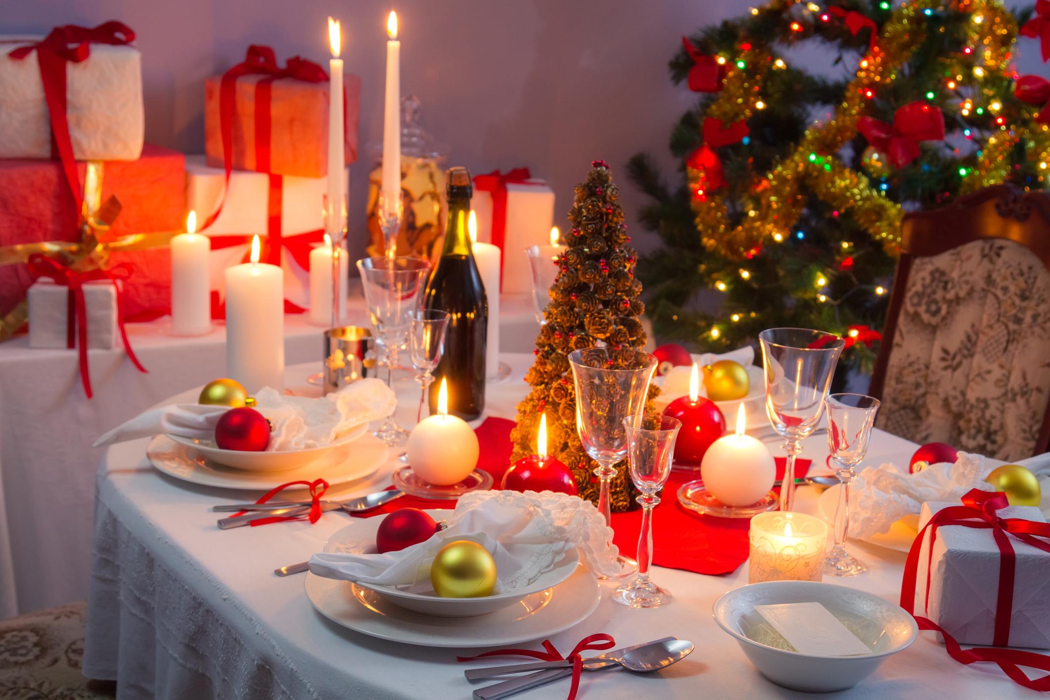 Mesa de Natal decorada com velas e enfeites em branco e vermelho