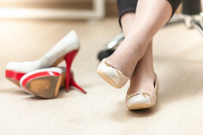 No trabalho, mulher troca o salto por sapatilhas