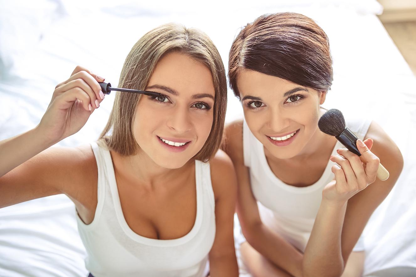 Amigas passando maquiagem