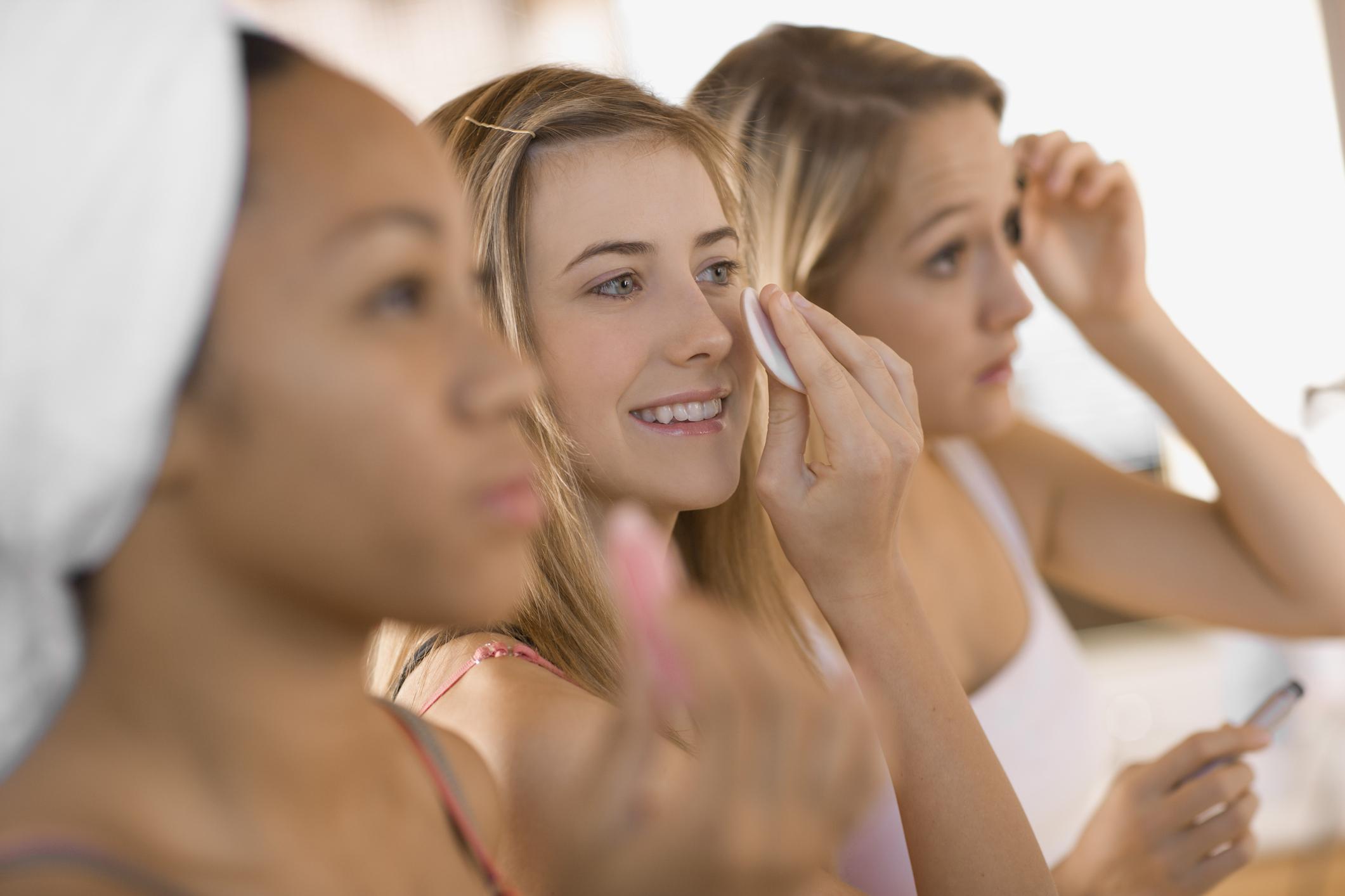 Aprenda o melhor jeito de tirar a maquiagem se você tem pele oleosa