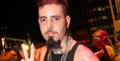 Tico Santa Cruz acusa Restart de cobrar para receber fãs no camarim!