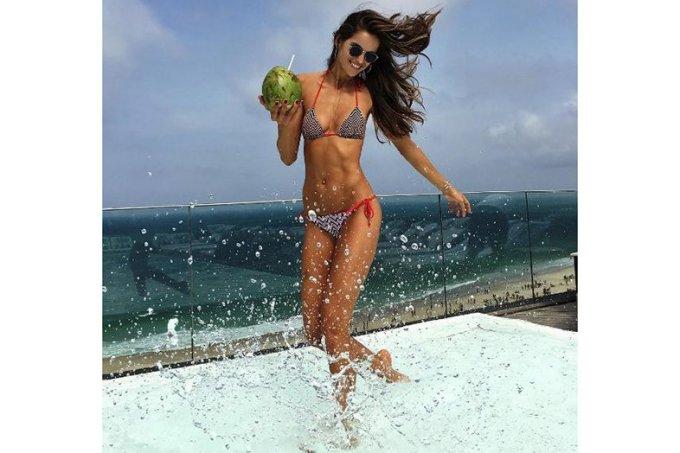 tops-brasileiras-tomando-agua-de-coco-1