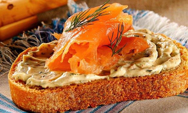 Torradas com salmão e queijo cremoso temperado