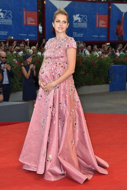 <strong>Teresa Palmer</strong> //A atriz escolheu um vestido rosinha e com bordados da <strong>Prada</strong>para atravessar o red carpet do Festival de Veneza em setembro de 2016.