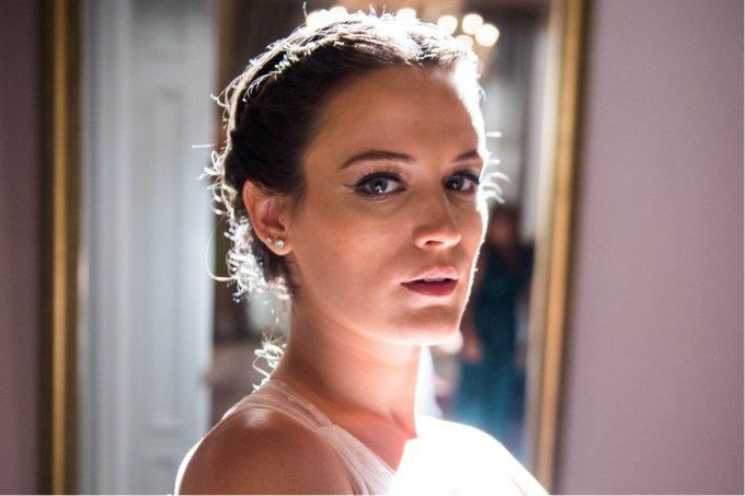 Close da personagem Clara, interpretada por Bianca Bin, no capítulo de seu casamento com Renato (Rafael Cardoso)
