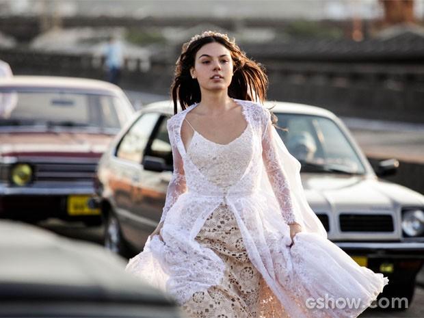 Sandra (Isis Valverde) se casa em Boogie Oogie