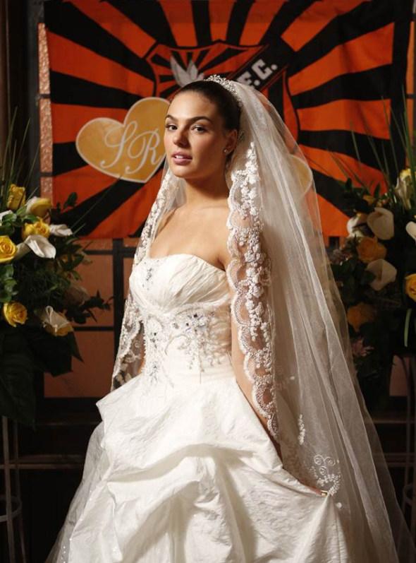 Suelen (Isis Valverde) se casa em Avenida Brasil